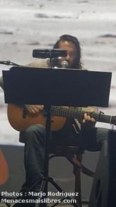 Damien Saez acoustique devant tableau du Manifeste